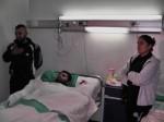 Vojak v nemocnici s rodinou